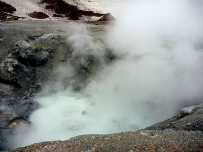 Кислотное озерцо в кратере мутновки